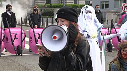 USA: 'Stop the bullsh*t' - XR activists dump cow manure near White House