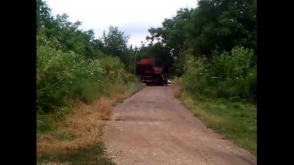 Трактор болгар Тк-82 С двойно предаване тегли самоходен - зърно Комбайн - Нива -ск-5-м-1.