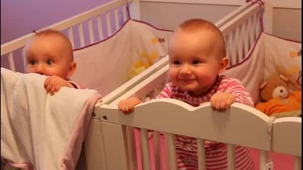 Бебета близначета танцуват !