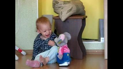 Дете се плаши от играчката си (смях)