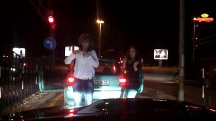 Палави момичета танцуват на кръстовище