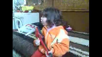 меги свири на китара