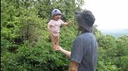 Удивително балансиране на бебе