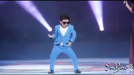 Забавно! Момченце пее и танцува Gangnam Style