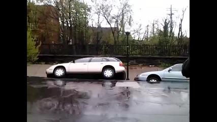 Внезапно активизирало се свлачище в град Балтимор поглъща улица заедно с паркираните коли!