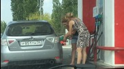 Блондинки на бензиностанция