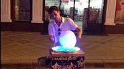 Продавач на захарен памук прави страхотно шоу