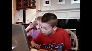 Деца играят The Maze