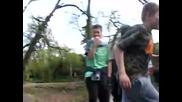Глупаво момче си разбива зъбите в кормилото (смях)