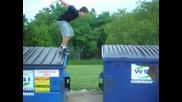 Идиот пада в контейнер - много смях