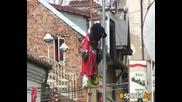 Обесиха червен Мики Маус в центъра на София