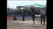 Пакистанска крикет звезда зарадва бежанци