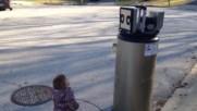 Малко момиченце приема бойлер за робот .