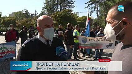Полицаи и пожарникари излязоха на протест в Кърджали