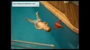 Малко бебе плува
