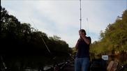 Момиче хваща раиран костур - речен риболов
