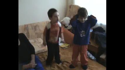 Дани И Джиджи Танцуват