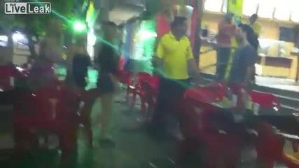 Мъж нокаутира блондинка