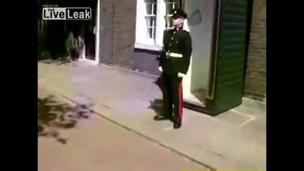 Как да накараме гвардеец да се засмее