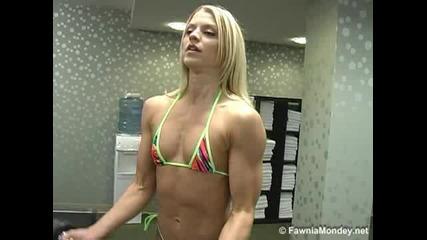 Секси Момиче Тренира