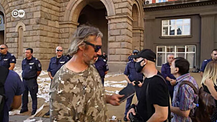 София: На протест с каскети и тоалетна хартия