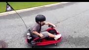 Малкият няма спирачки и полудя с своята дрифт количка