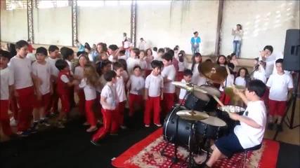 Смазващо добро изпълнение на 10-годишен барабанист! И реакцията на съучениците му...