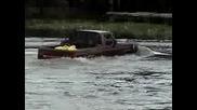Toyota Hilux vs Ford F - 1000 Газене във водата