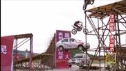 Рекордите Гинес - моторни превозни средства правят рампа скок заедно един над друг