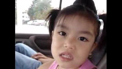 Сладко момиченце пее