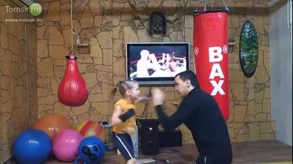Момиченце се боксира като за световно