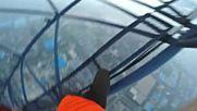 Двойка изкачва без предпазни средства ,на най -високата строителна площадка в света !