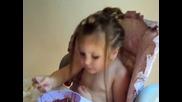 Бебе яде чили и се кефи на музиката яко смях гледайте
