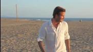 Бекъм с изпълнения на плажа, докато си пие Пепси