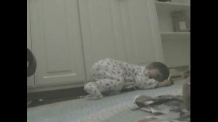 Бебе се залива от смях