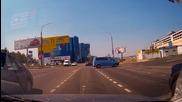 На този му е избягал буса и прекоси кръстовището без шофьор!
