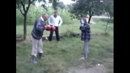 Пияни старчоци се боксират смях