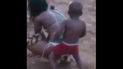 Момче на 5 години танцува