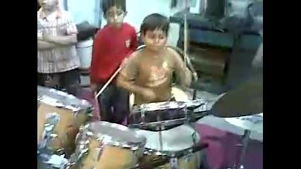 дете свири на барабани талант заслужава си да се види !!