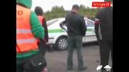 Потресаващи кадри - човек губи контрол над автомобила си и блъска няколко човека