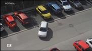 Нервна блондинка се опитва да паркира
