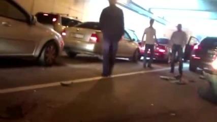Идиот със субару отнася две ленти с коли!