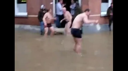 Тези явно са полудели от наводнението