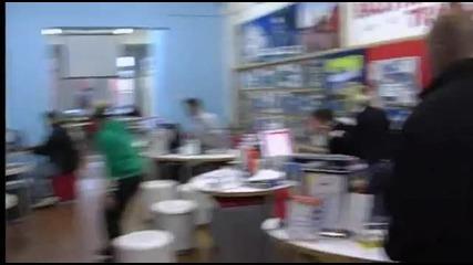 Смях - мъж се опитва да пазарува, облечен като обирджия