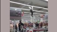 Луд в магазина