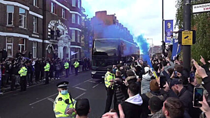 UK: Chelsea fans fill the streets to welcome their team ahead of Champions League semi-final