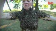 Жена танцува покрита от 12 000 пчели върху себе си