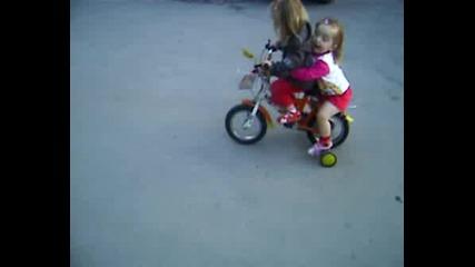 Тинка вози Симона на колелото