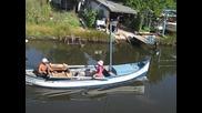 Лодка минава по канала на рибарското селище
