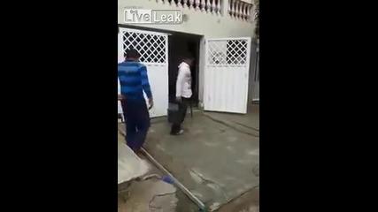 Невероятно момче работник със един крак